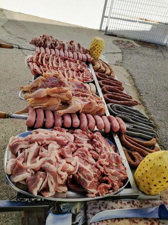 Porco no espeto, espetadas gigantes, grelhados e outras opções