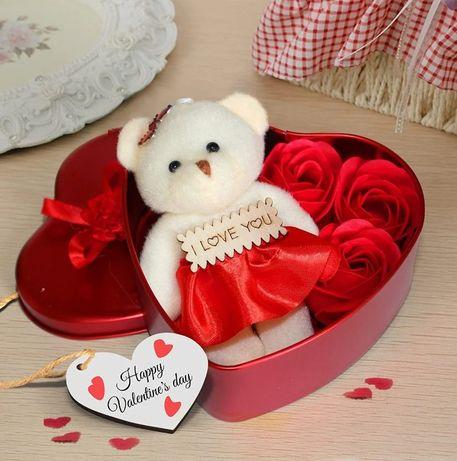 Подарочная коробка с розами из мыла и плюшевым мишкой