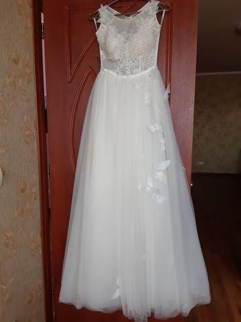 Весільне плаття,одягнене на розпис,після хімчистки.В ідеальному стані.