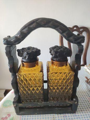 Suporte de madeira e 2 garrafas de vidro para whisky