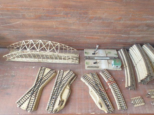 Marklin, conjunto de linhas, ponte, passagem de nível e carruagens