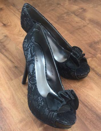 Czarne buty na wysokim obcasie