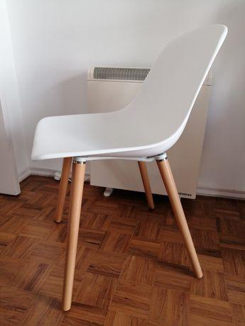 2 cadeiras brancas