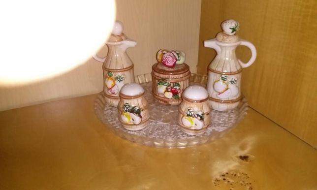 Porcelanowy zestaw kuchenny .