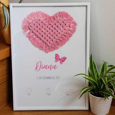 Moldura com dados de bebé e coração em macramé