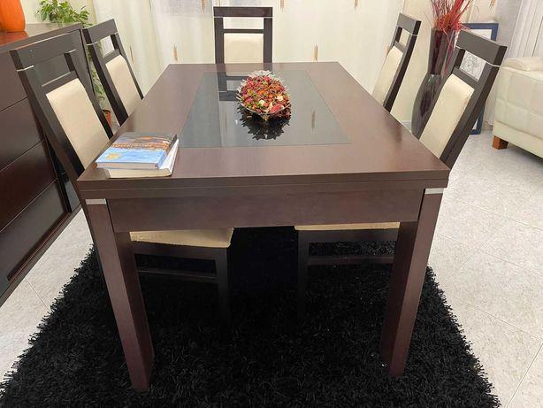 Conjunto mesa e cadeiras de sala .
