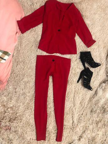Продам костюм красного цвета