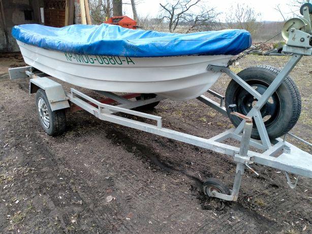 Łódka wędkarska z przyczepką.