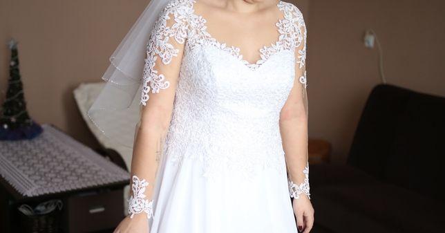 Biała delikatna suknia ślubna