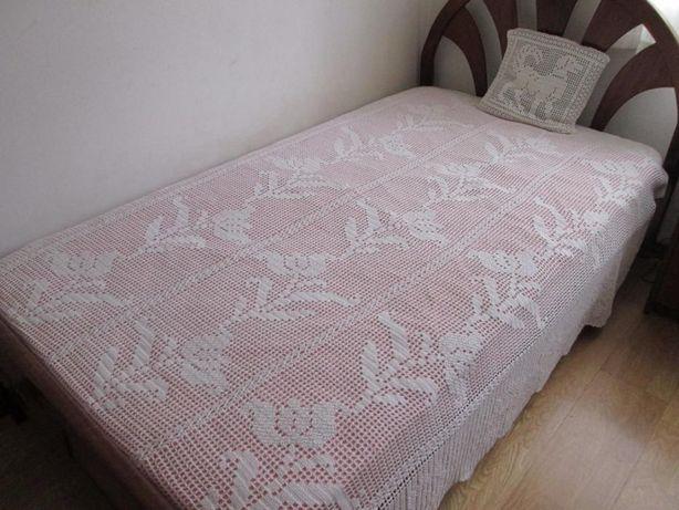 Colcha de renda branca feita à mão para cama de corpo e meio.