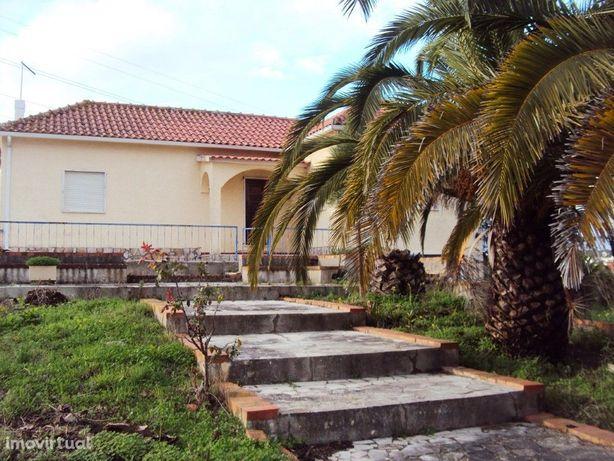 Moradia T2 com garagem, anexos e terreno em Pontével para...