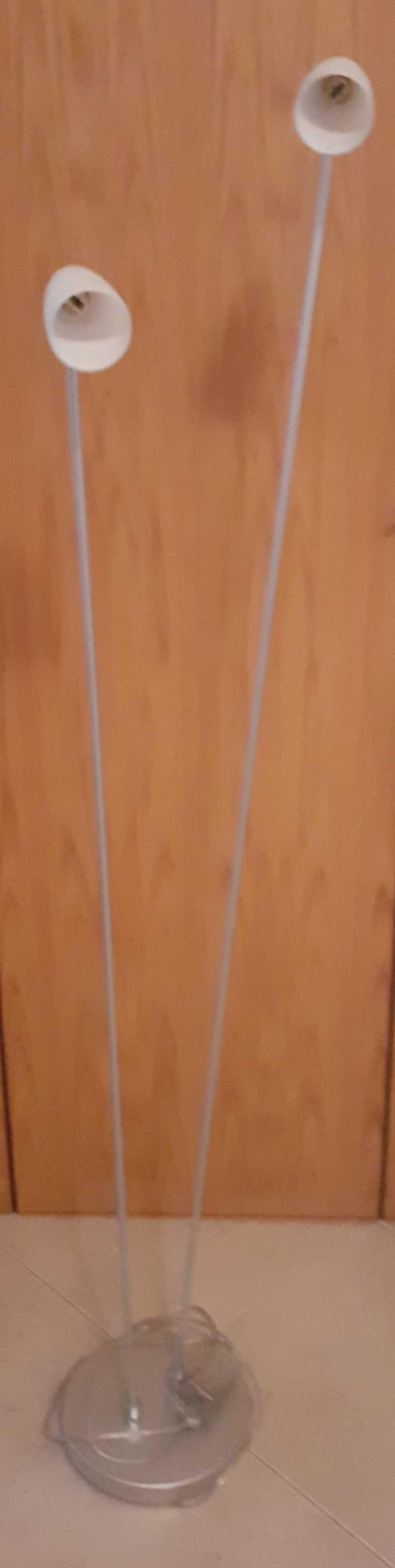 Candeeiro branco, de pé