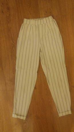 Bershka eleganckie spodnie chinosy w paski
