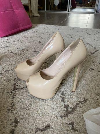 Туфлі з відкритим носиком молочного кольору