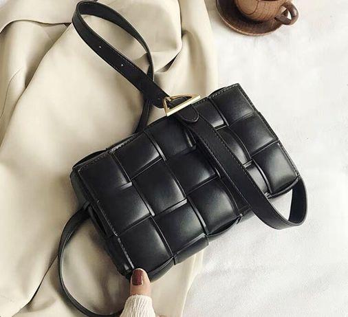 Трендова плетена жіноча сумка