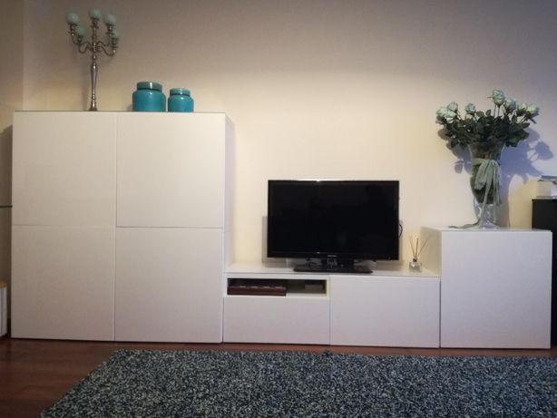 Móveis de sala com portas brancas lacadas superfície superior em vidro