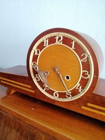 Stary drewniany zegar kominkowy