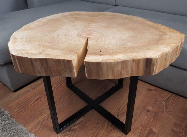 Stolik kawowy z plastra drewna zabezpieczony olejowoskiem.