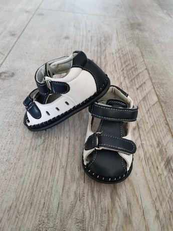 Przepiękne skórzane granatowo-białe buciki, stan idealny