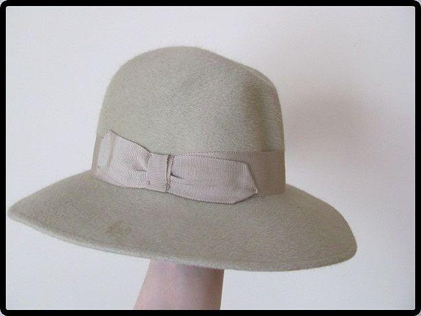 Zielonkawy kapelusz damski zdobiony tasiemką