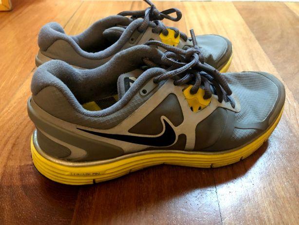 Tenis Nike Run com partes refletivas - 38,5