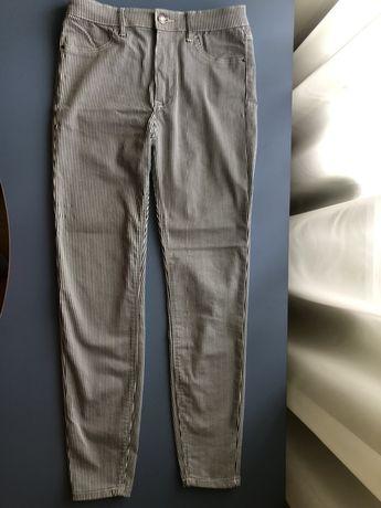 Женские джинсы от Stradivarius в чёрно-белую полоску