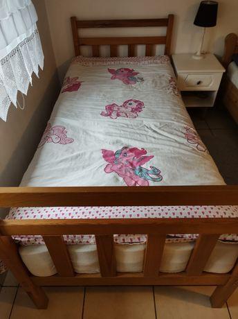 Łóżko dziecięce z grubym materacem