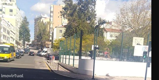 Excelente loja com ramo e em funcionamento, em S. Domingos de Benfica
