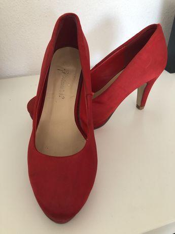 Sapatos de salto vermelhos