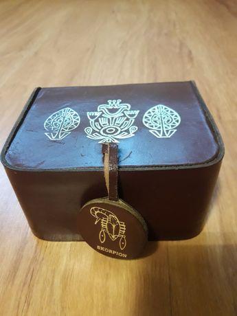 Brązowe, skórzane pudełko na bibeloty że znakiem zodiaku Skorpion.