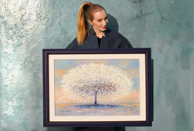 """Красавица с картиной """"Белое дерево"""""""