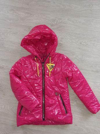 Яркая, лаковая  куртка на девочку