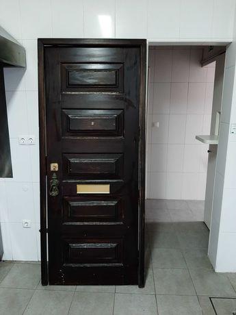 Porta exterior completa em madeira maciça, ótimo estado