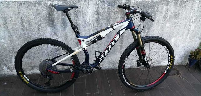 Bicicleta suspensão total em carbono Scott Spark 710