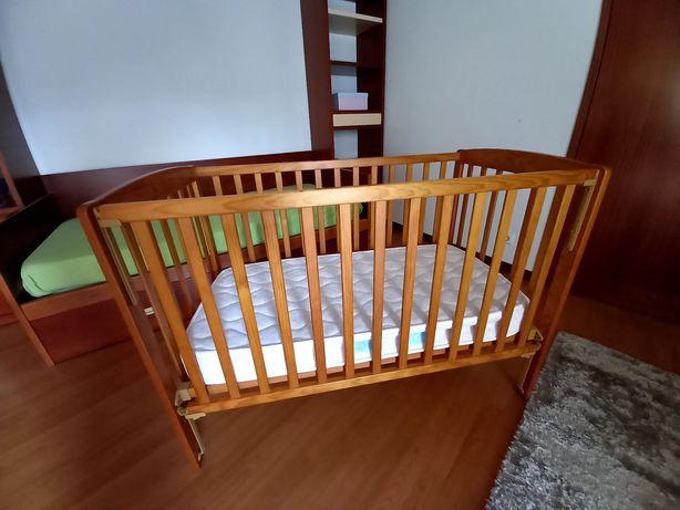 Cama de grades de bebé com colchão