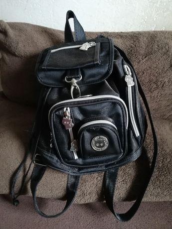 Niewielki damski plecaczek z licznymi kieszonkami