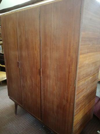 Roupeiro vintage com 3 portas e gavetas