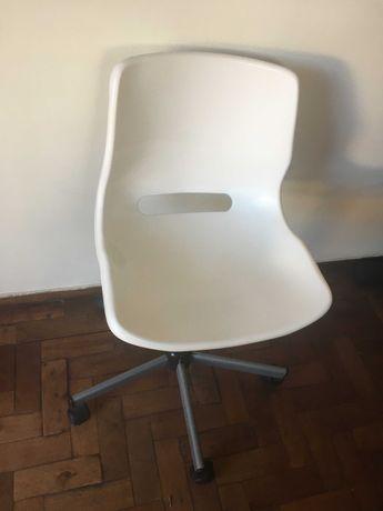Cadeira branca giratória do IKEA,como Nova