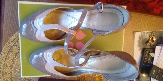 Продам красивые лаковые туфли,39-40р..