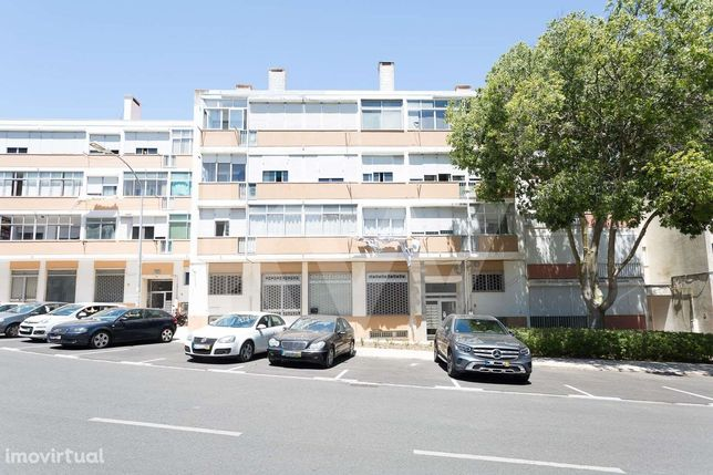 Espaçoso Apartamento T2 para Recuperar - Queluz de Baixo, Oeiras