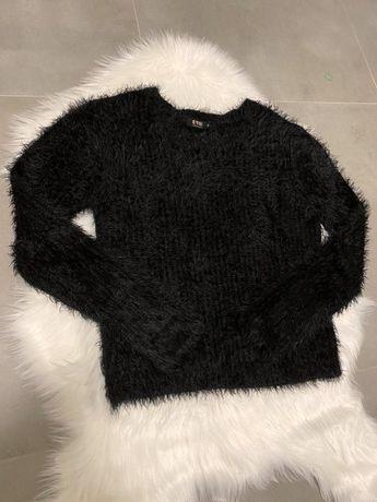 Czarny włochaty sweterek