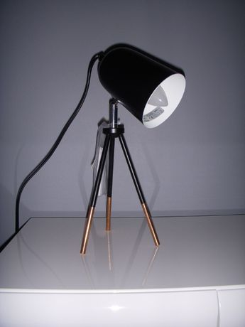 Lampa stołowa czarno-miedziana na trójnogu