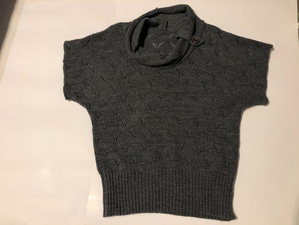 Grafitowy ażurowy sweter z ozdobnym golfem