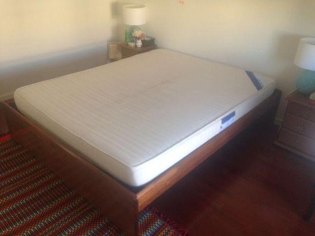 Mobília Cerne - Cama de casal, colchão e mesas de cabeceira
