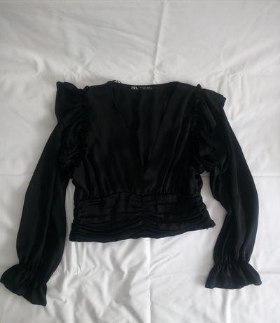 Blusa preta com franzido e folhos