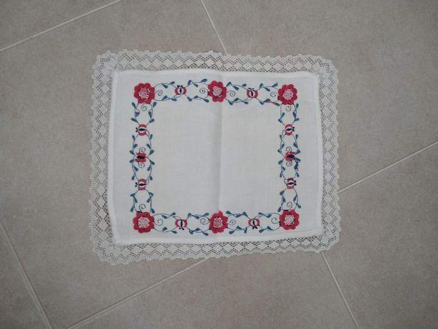 Очень красивая салфетка с вышивкой и отделкой по краях