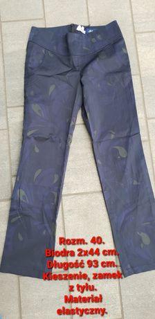 Spodnie z materiału.