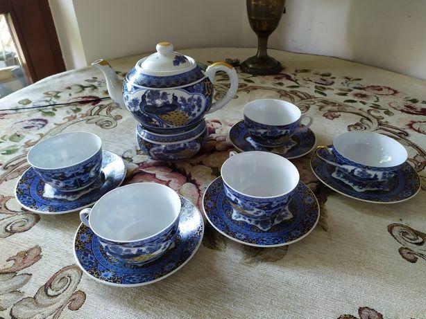 Zestaw filiżanek z czajniczkiem