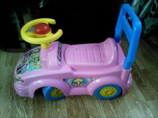 Продаётся детская машинка розового цвета, на которой можно ездить.