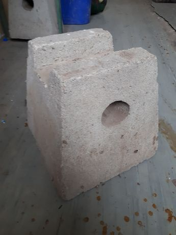TARTAK -(92)  Słupki betonowe pod sztapel np. desek , krawędziaków .